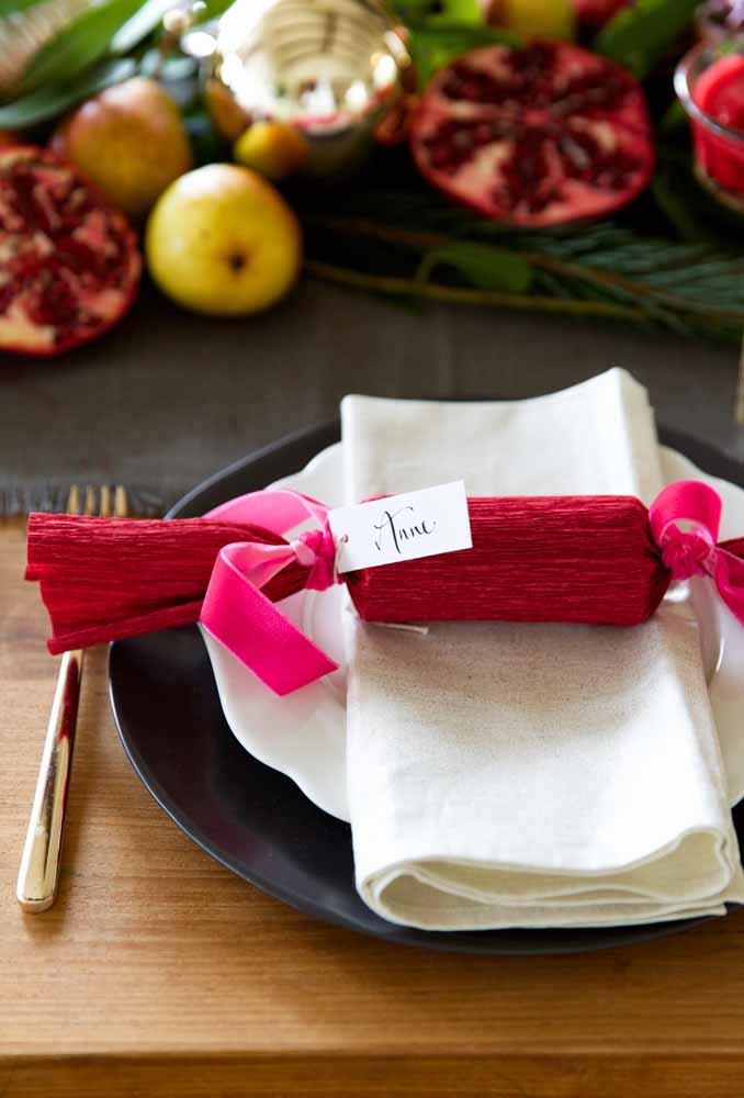 Lembre-se dos convidados na ceia da natal. Faça uma lembrança simples e singela com papel crepom e fita