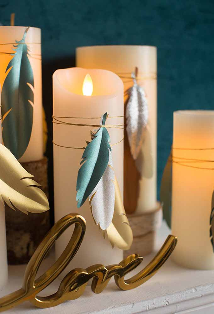 Coloque alguns itens artesanais para decorar as velas