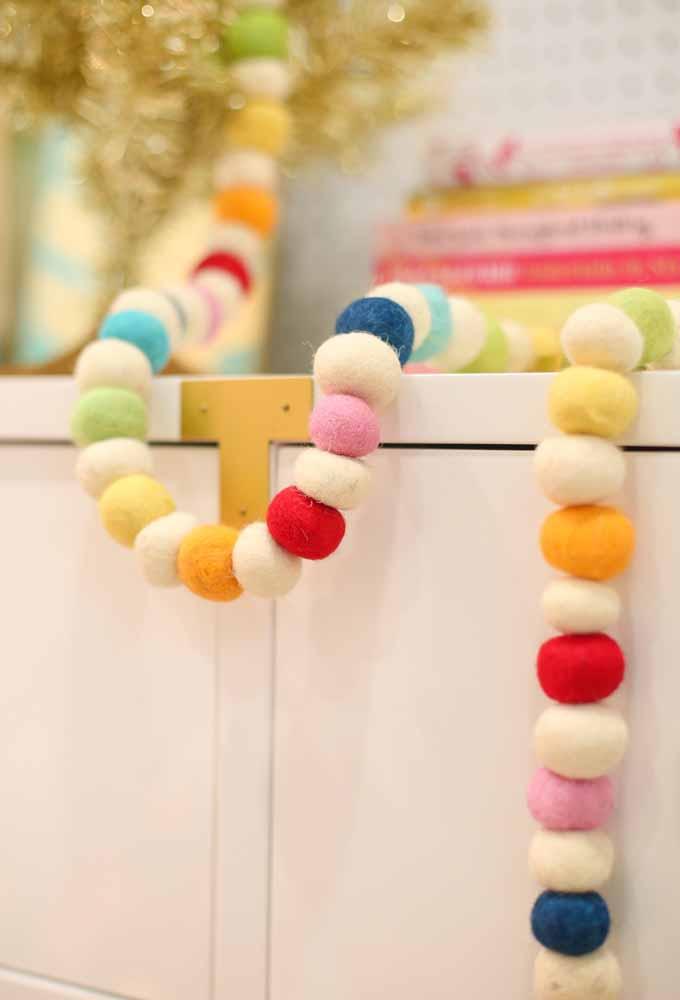 Que tal fazer um festão com rolos de linhas coloridas?