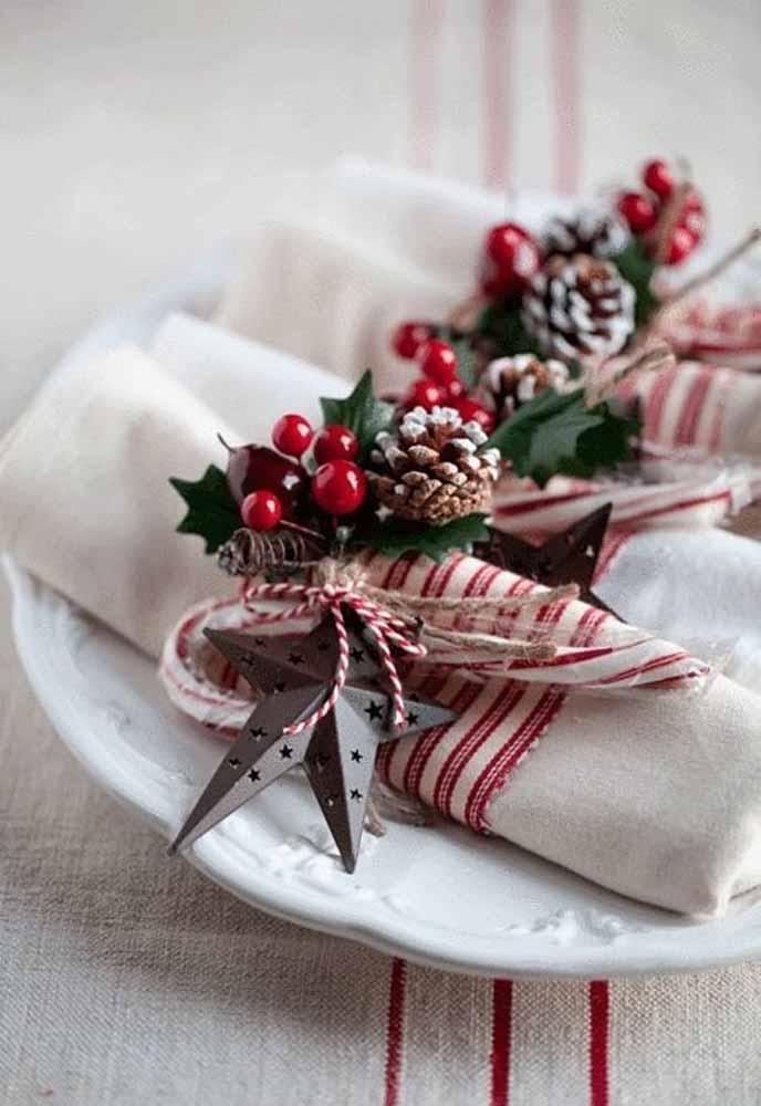 Prenda alguns enfeites natalinos em um barbante e transforme em um lindo prendedor de guardanapo