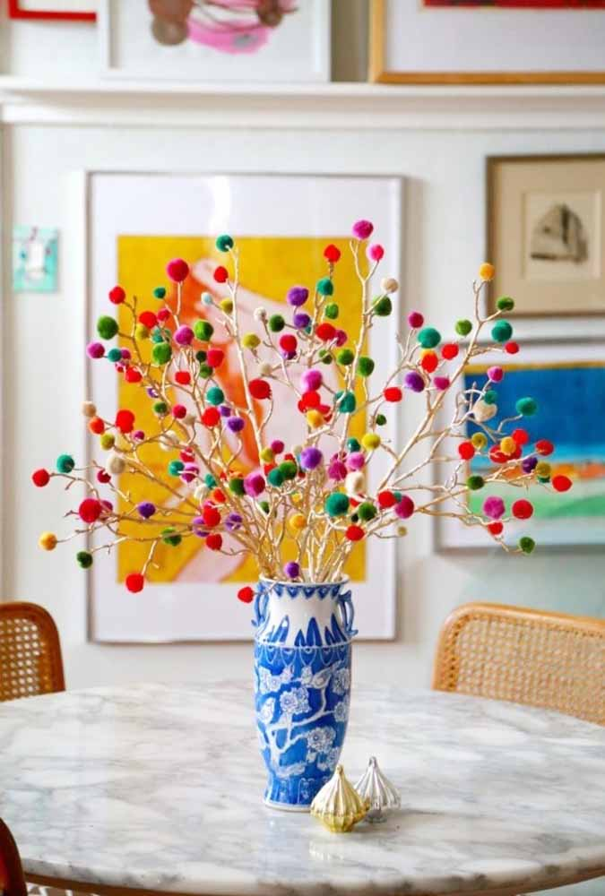 Faça um vaso de flores com rolos de lã