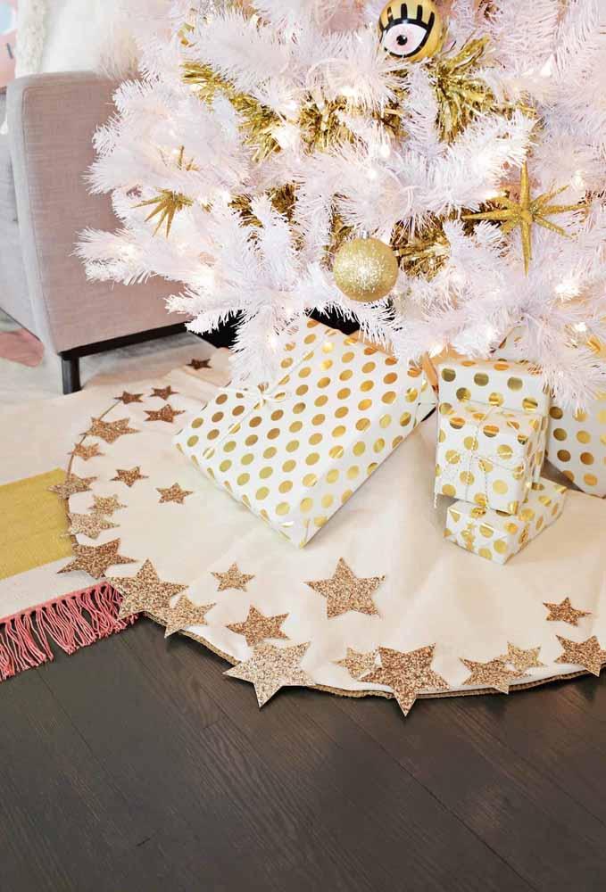 O que você acha de produzir um tapete divertido para colocar a árvore de Natal