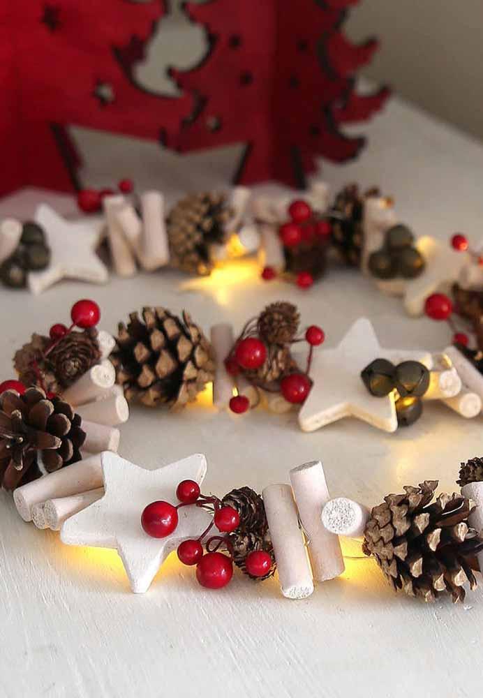 Misture vários enfeites natalinos e decore a mesa da ceia