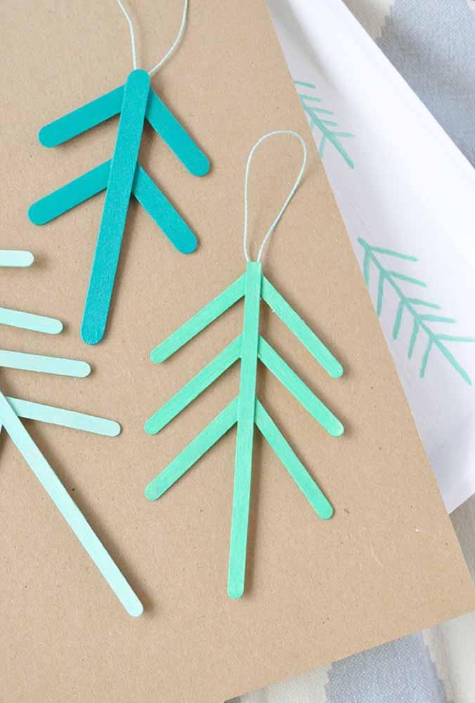 Já pensou em usar pau de picolé para fazer lindos enfeites de natal?