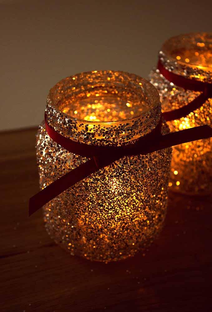 Com um pouco de brilho, um pote de vidro e uma fita você pode fazer um porta velas incrível