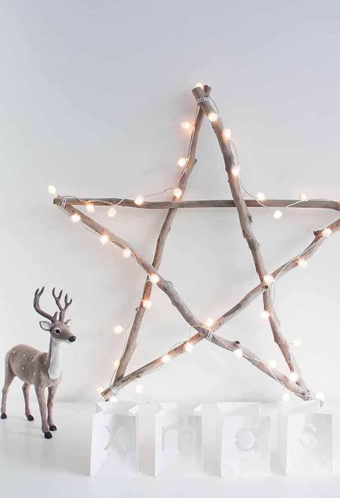 Usando alguns galhos e pisca-pisca você consegue fazer um bela estrela de natal