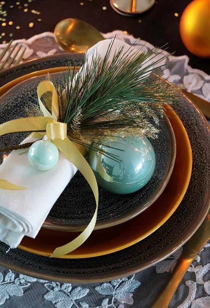 Use alguns itens natalinos para enfeitar o guardanapo