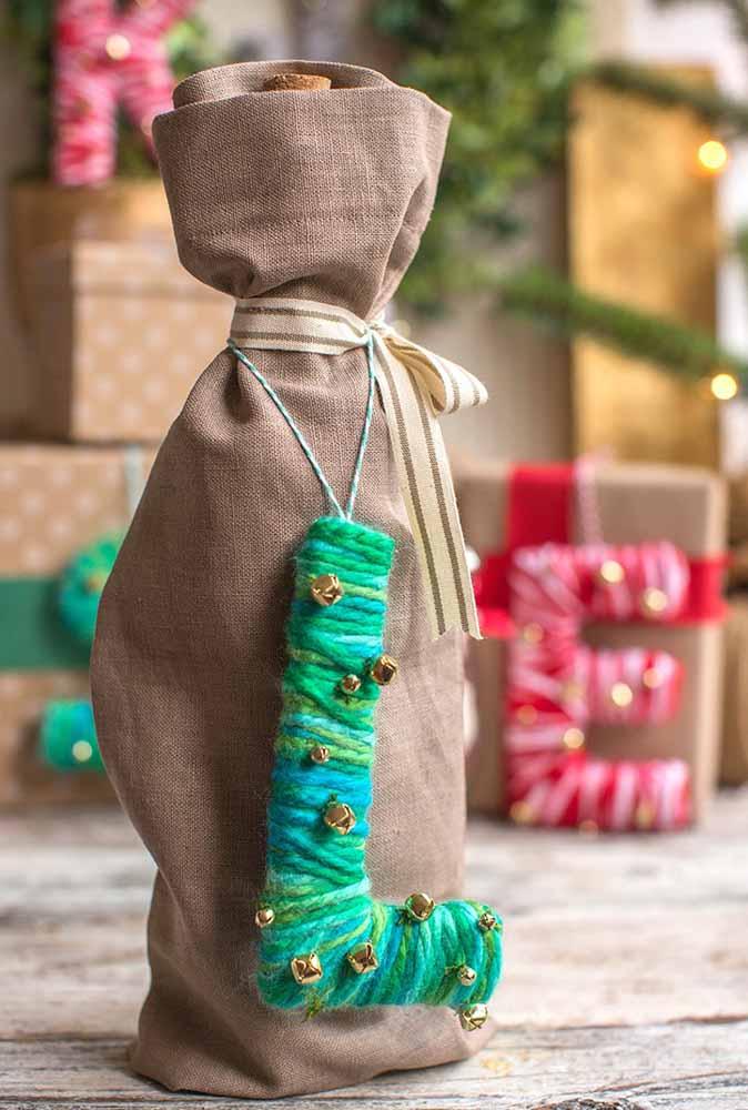 Se quiser entregar um vinho como lembrança para os convidados, faça um saco de pano, coloque uma fita e identifique o pacote com um artesanato de fio de lã