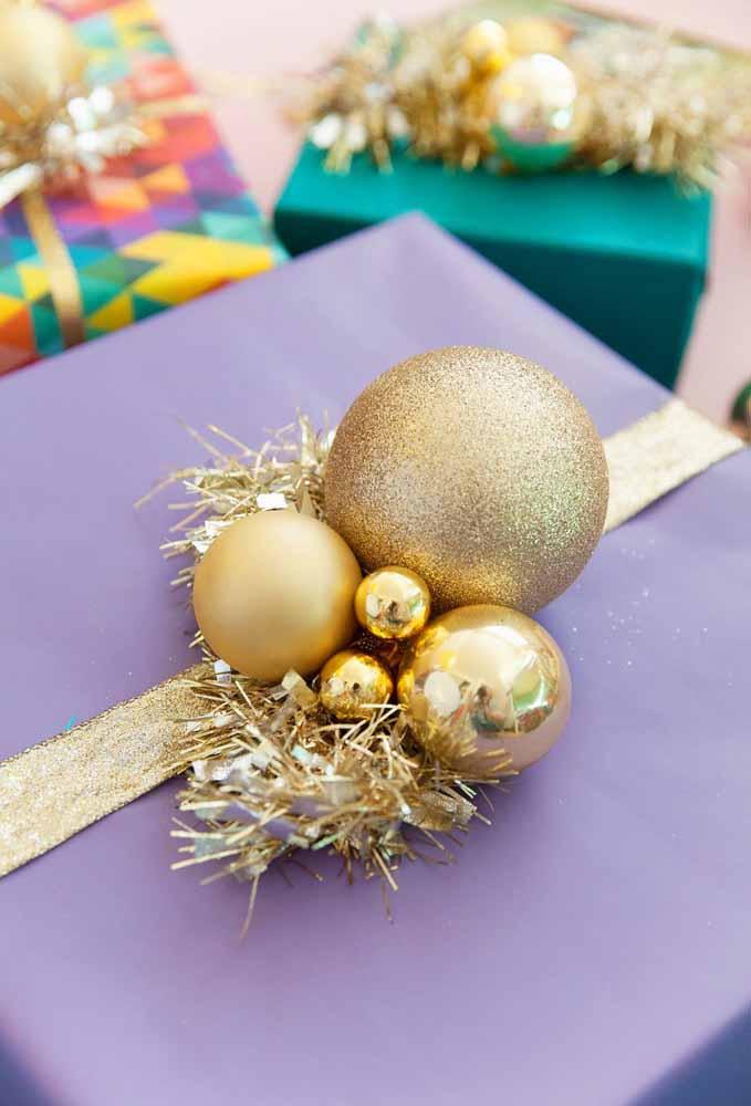 Faça uma combinação de tamanhos e texturas de bolas para decorar os presentes de natal