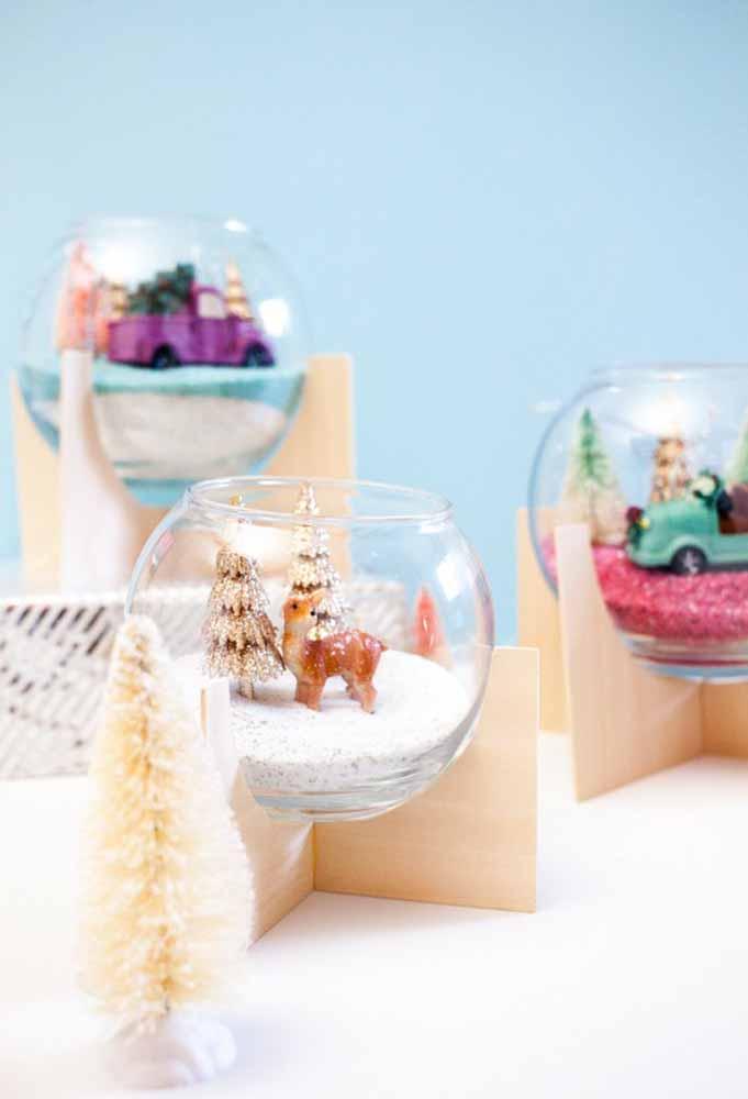 Com um pote de vidro, sal de cozinha ou isopor e enfeites natalinos você pode fazer objeto lindo para colocar em vários cantos da casa