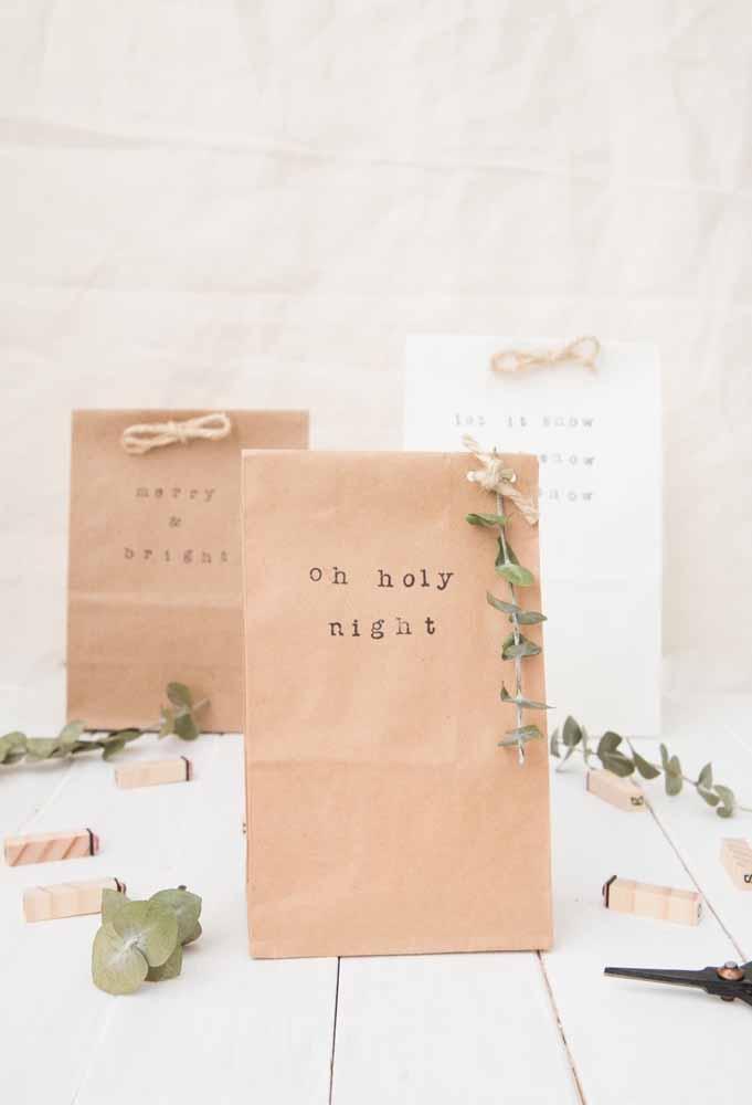 Faça sacos de papel reciclado para colocar as lembrancinhas de natal O papel reciclado é excelente para fazer sacos e sacolas. Para deixar mais decorado, amarre um pedaço de barbante e coloque um detalhe que lembra o natal. O seu convidado vai agradecer a lembrança.