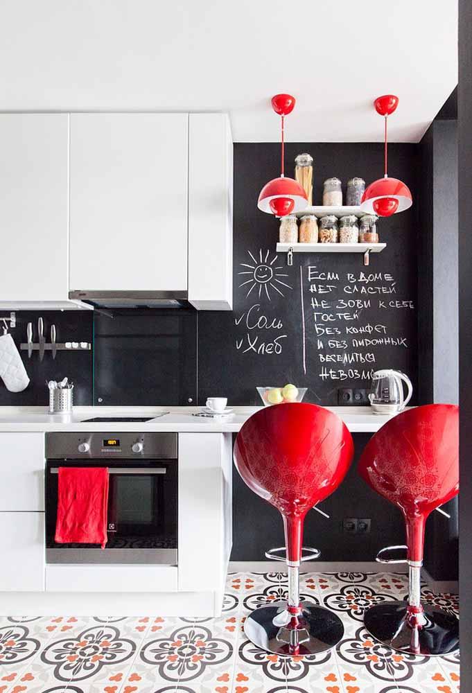 Banqueta vermelha para cozinha dá um toque especial ao ambiente