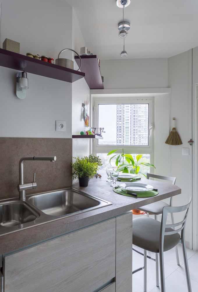 Para ambientes com pouco espaço, aposte em banqueta que se encaixe perfeitamente no local