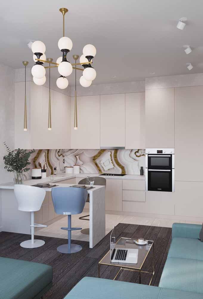 Uma banqueta de cada cor para combinar com a decoração da cozinha e da sala