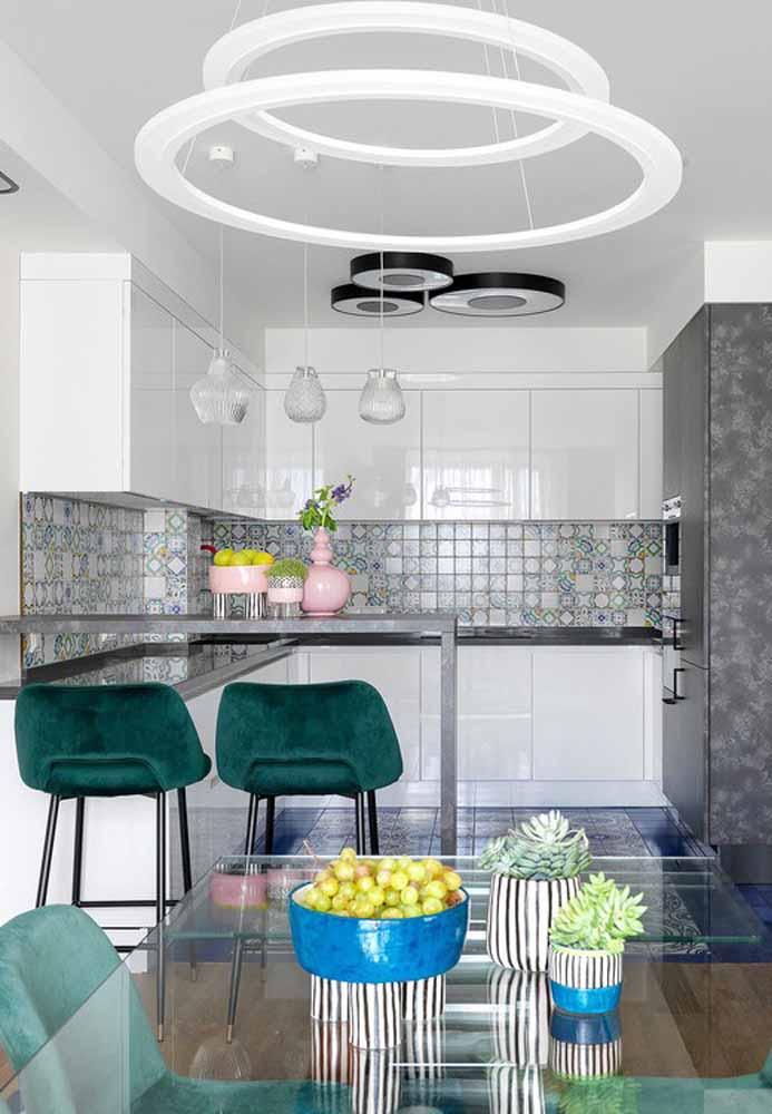 Combine as cores da banqueta e cadeira para decorar a cozinha e a sala