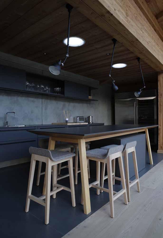 Para uma área aberta, a mesa e banqueta de madeira são ideais