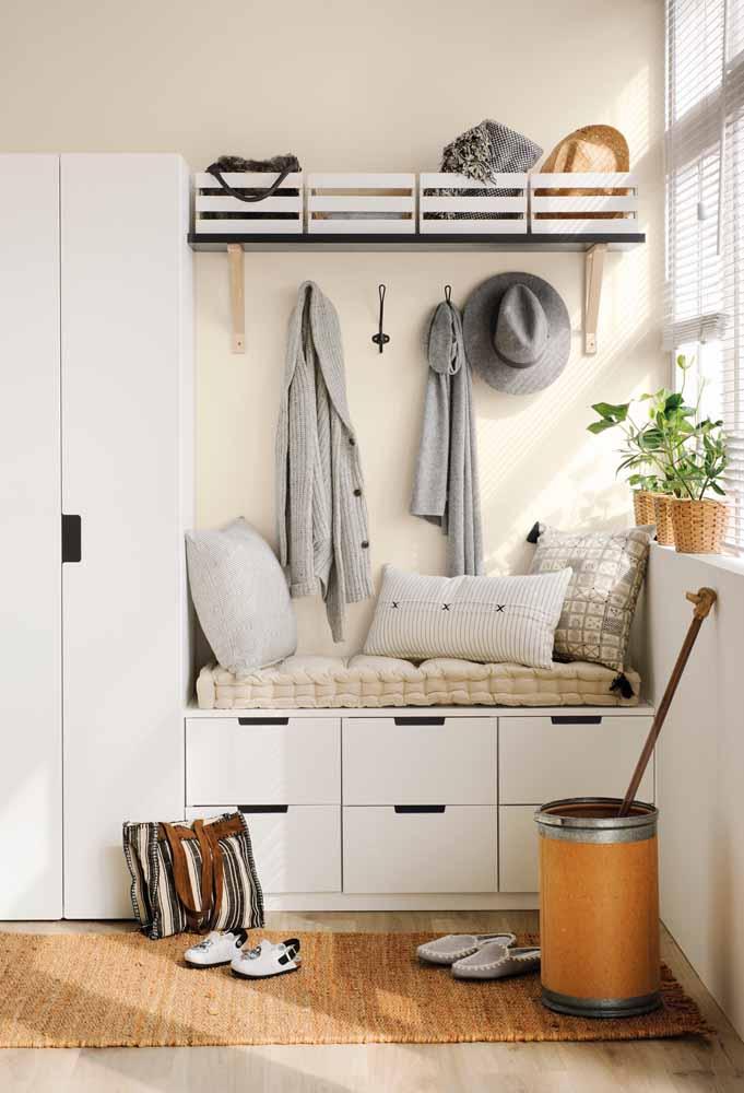 Aproveite o espaço entre a janela e o armário