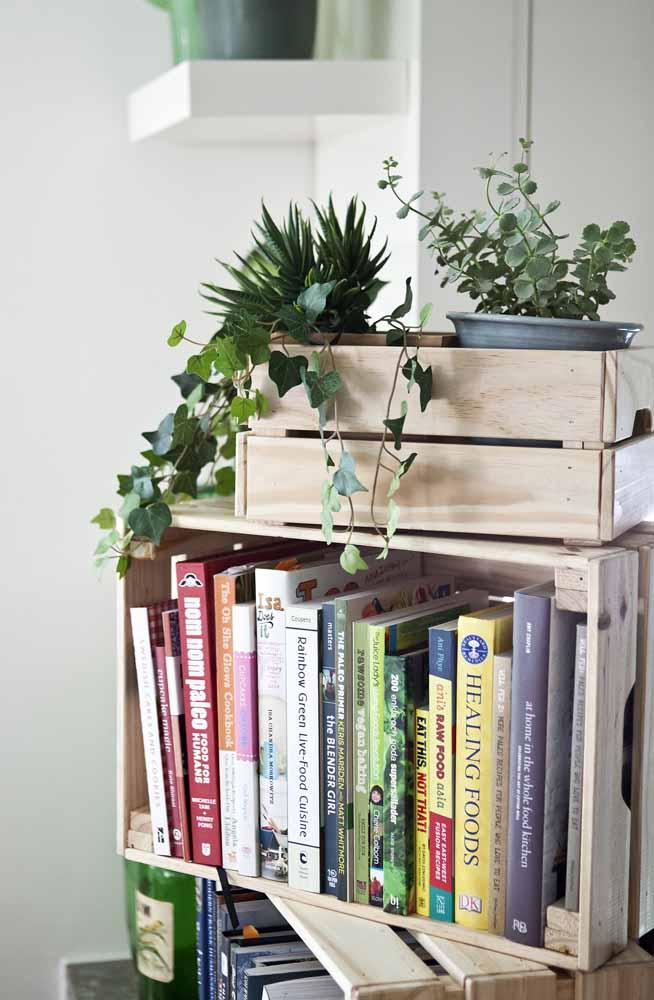 O caixote pode ser uma ótima opção para organizar seus livros na sala