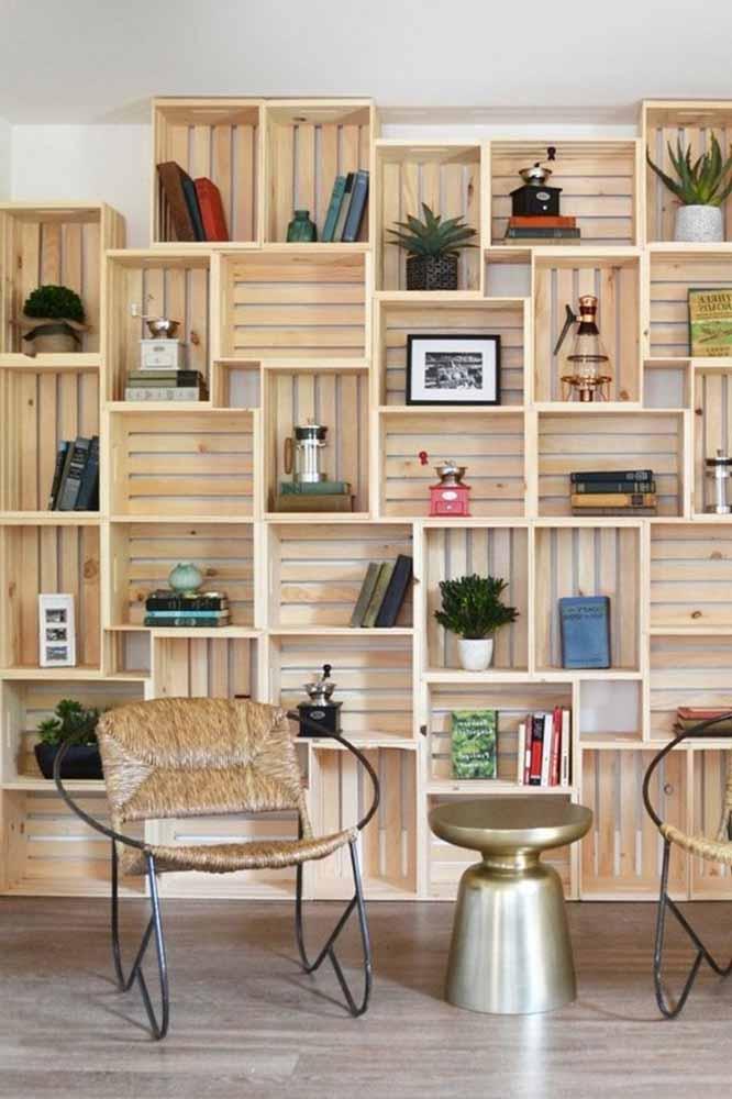 Empilhe caixotes na parede para formar um lindo armário