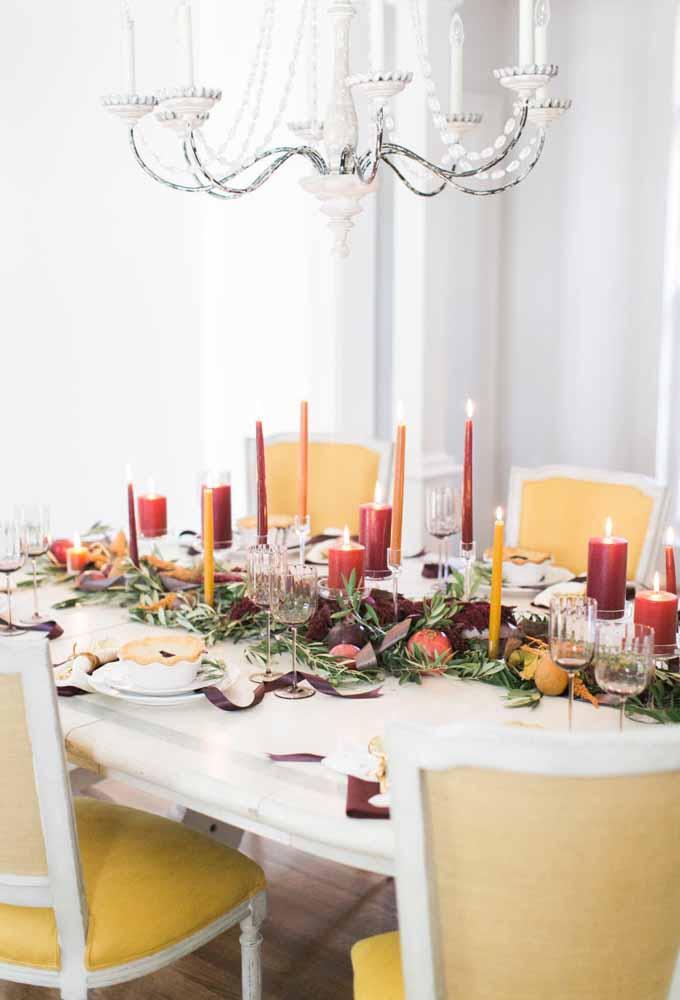 A mistura de vários tipos e tamanhos de vela são perfeitas para uma ceia de natal mais intimista