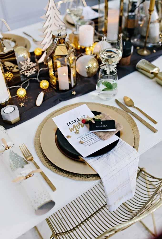 O que você acha de identificar cada convidado na mesa? Dessa forma, fica mais organizado e você pode promover a interação entre todos!