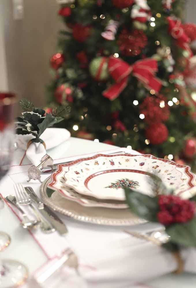 Pratos decorados com símbolos natalinos para compor a mesa da ceia