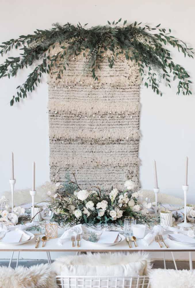 Olha que aconchegante ficou essa mesa decorada com a cor branca