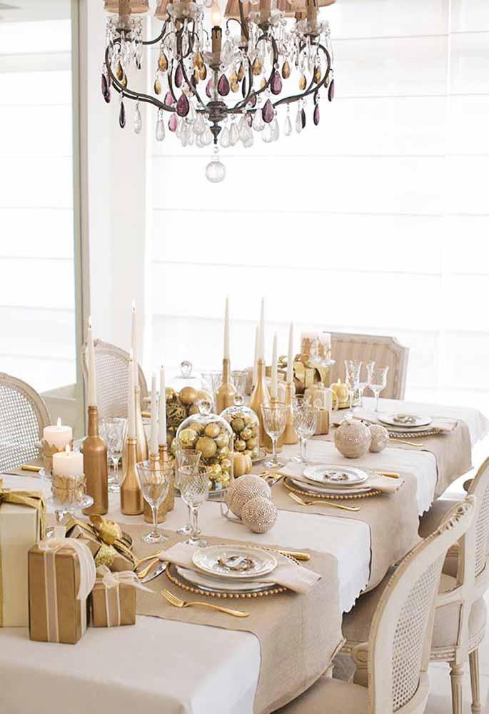 Se você optar por detalhes em dourado, a mesa fica com a cara da realeza