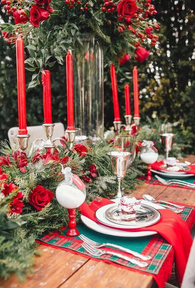 Prepare uma mesa clássica usando peças de prata e itens da cor do natal