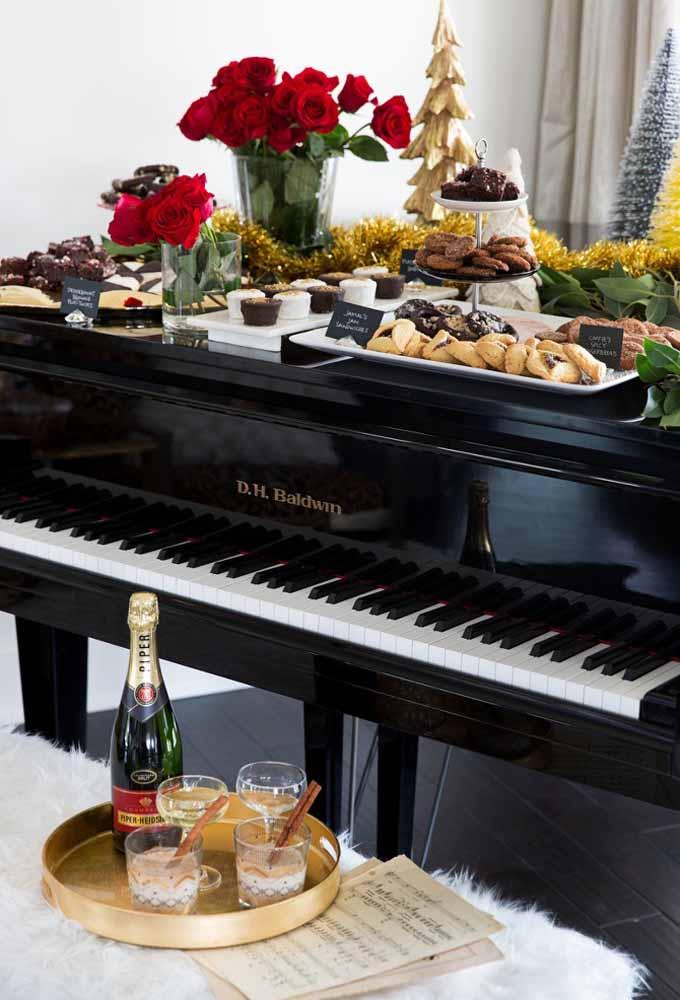 Use a bancada do piano para servir os petiscos da ceia de natal