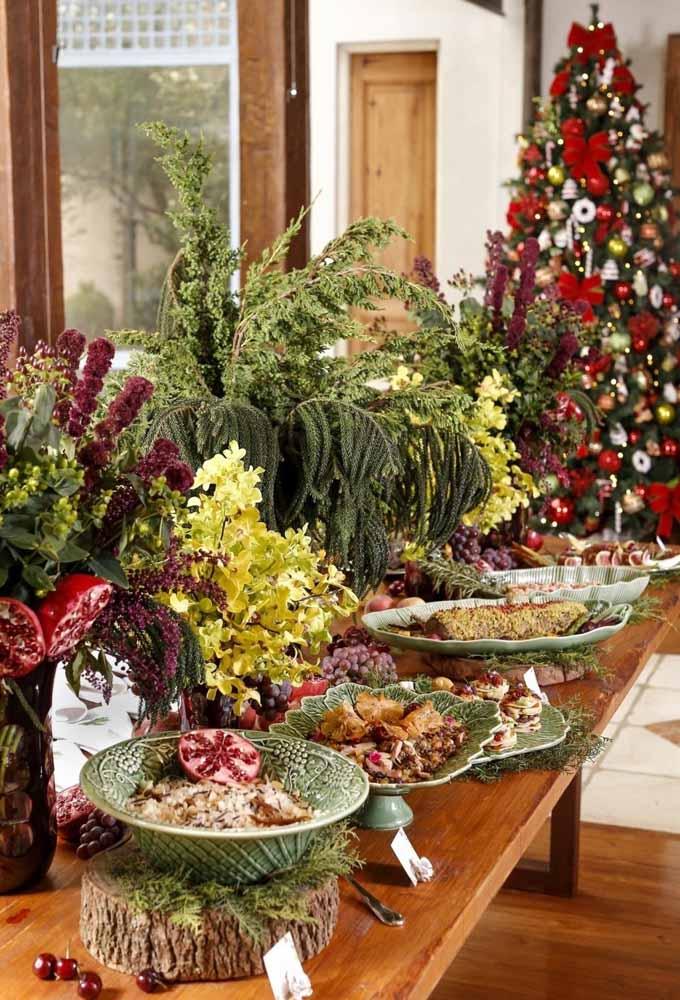 Misture muitas folhas, frutos, flores e deliciosas frutas para decorar a mesa da ceia