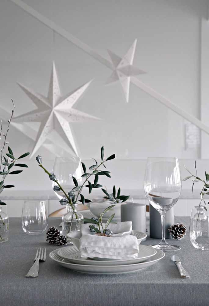 Faça uma combinação com as cores branca e cinza para decorar a mesa da ceia