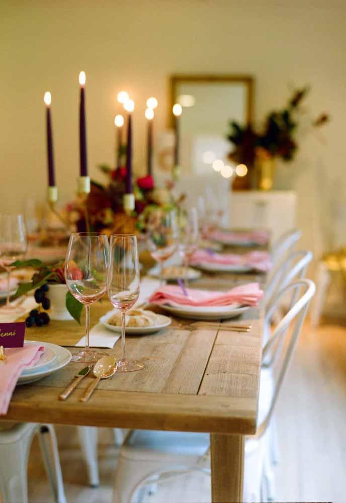 A mesa de madeira dá o toque especial para essa ceia de natal
