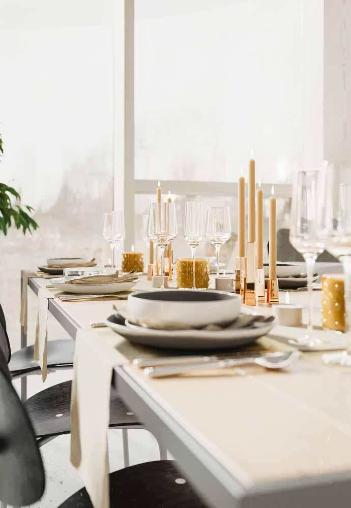 Aposte em uma mesa clean, usando alguns itens dourados para deixar a decoração elegante