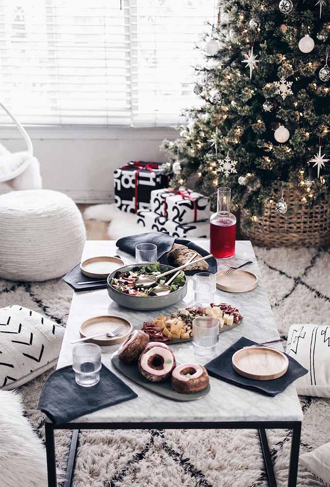 Coloque um tapete peludo, distribua deliciosos petiscos na mesa de centro e deixe os seus convidados à vontade