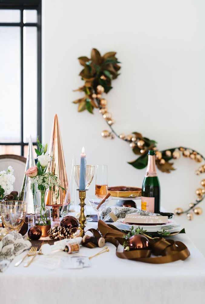 Misture diferentes enfeites de natal para decorar a mesa da ceia