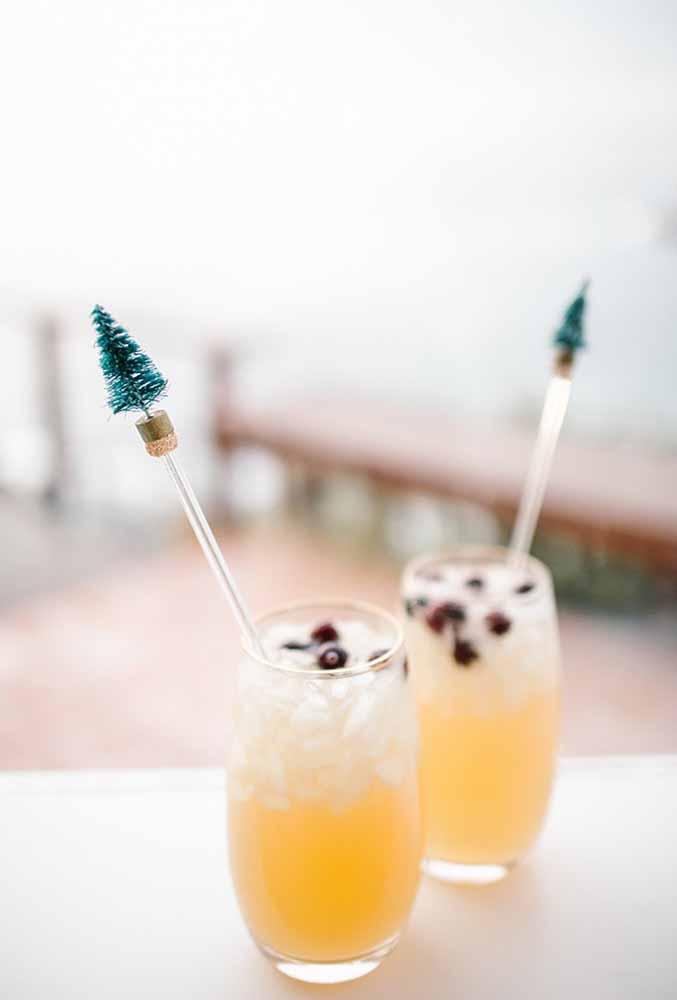 Não esqueça de fazer uma linda decoração nos copos de bebida dos convidados