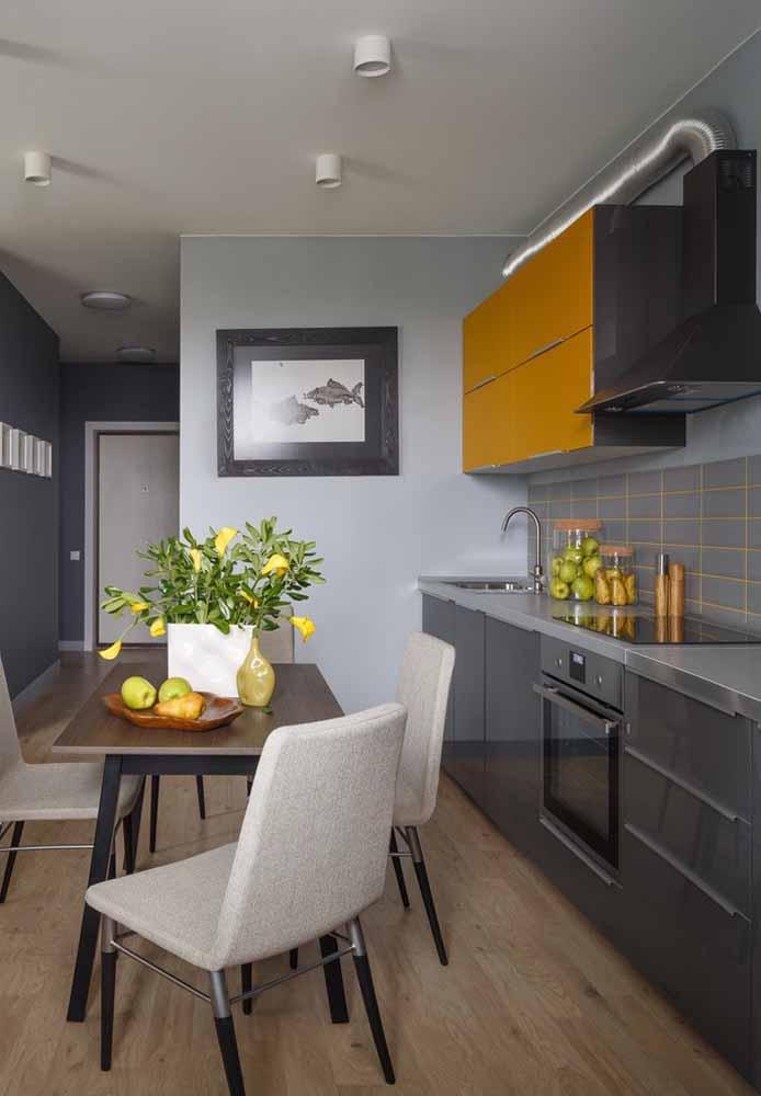 Vale a pena acrescentar uma cor mais forte para destacar uma cozinha toda cinza