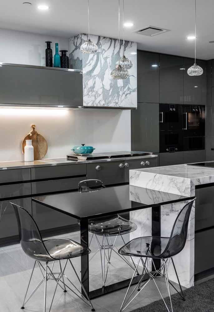 Móveis transparentes na cor cinza deixam o ambiente mais moderno