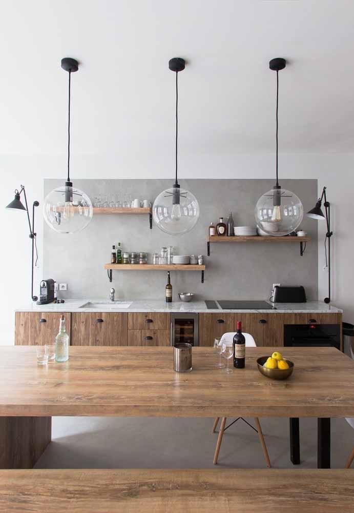 Invista na mistura da madeira para destacar a decoração rústica e a cor cinza para manter um clima de seriedade