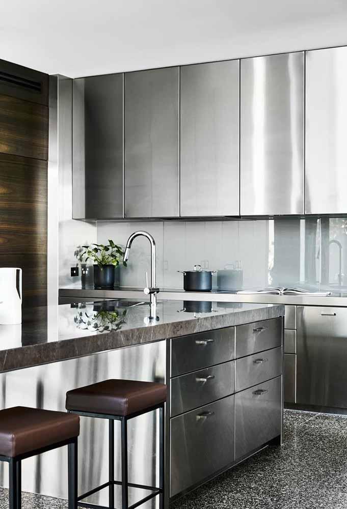 Abuse dos móveis metálicos para fazer uma decoração mais sofisticada em sua cozinha