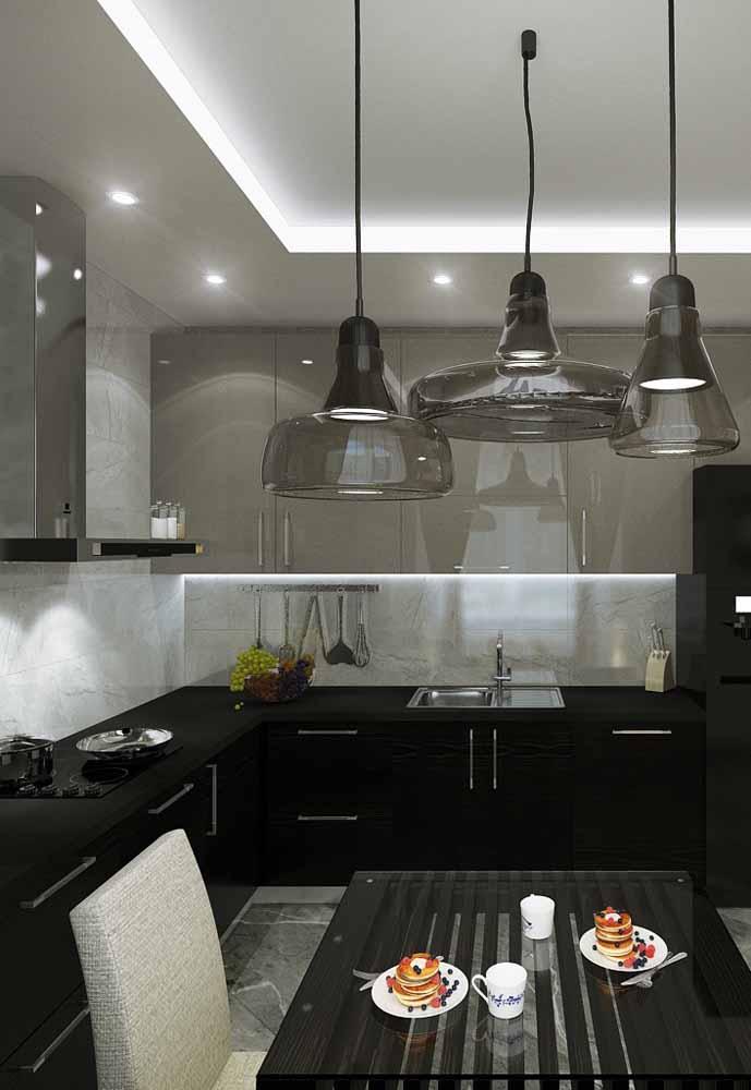 A mistura de itens e variação de cores do cinza e preto transformou essa cozinha em um ambiente mais contemporâneo