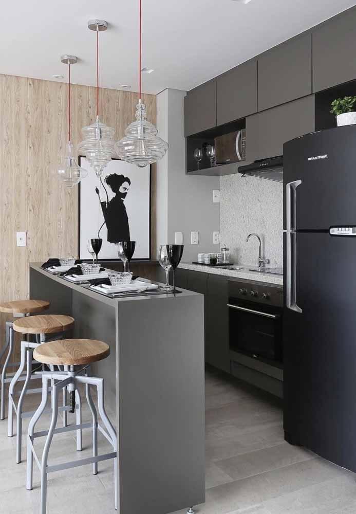 Quem tem uma cozinha pequena pode e deve usar a cor cinza para deixar o cômodo mais espaçoso