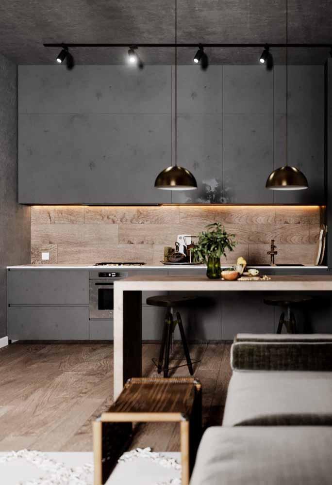Que contraste perfeito: armário cinza total com piso e parede de madeira