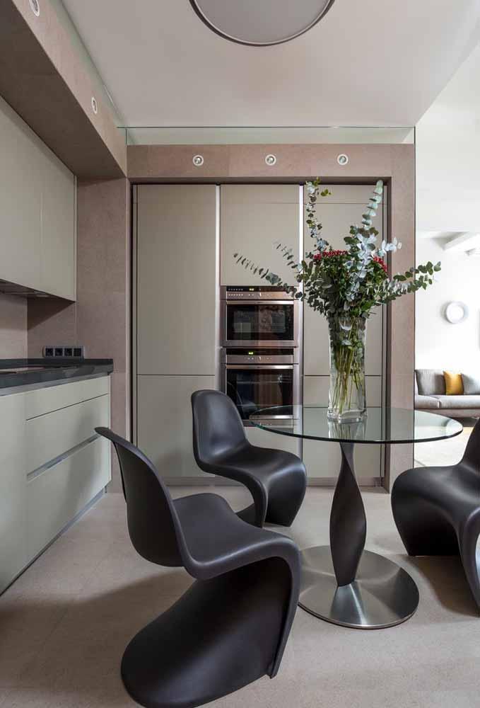 Uma cozinha simples pode ficar totalmente moderna quando você acrescenta móveis com design diferenciado