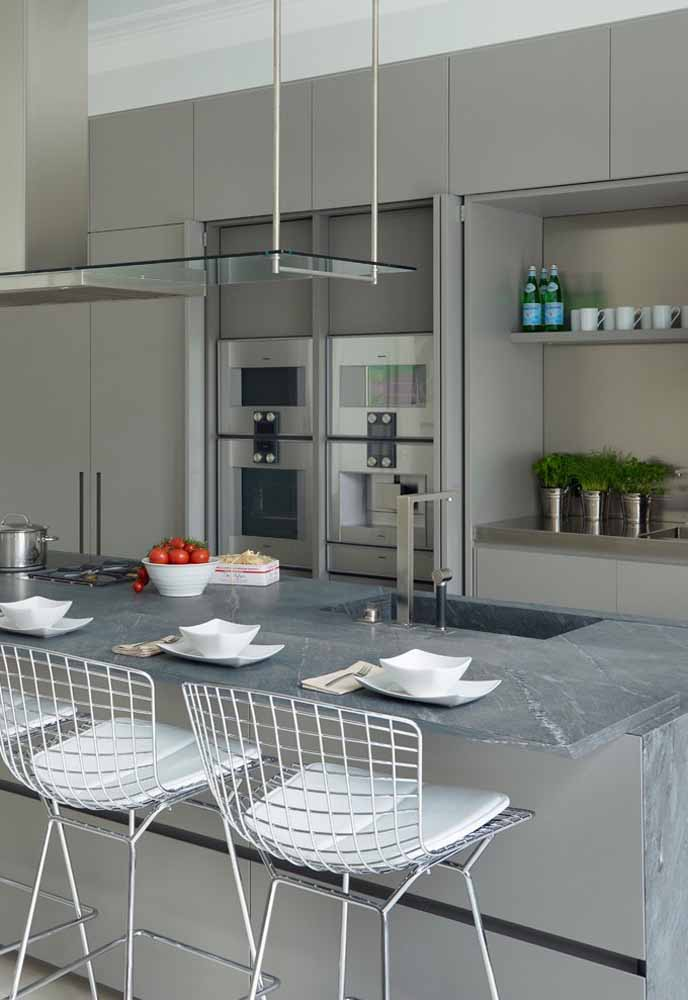 A banqueta de alumínio faz uma perfeita combinação com a bancada cinza