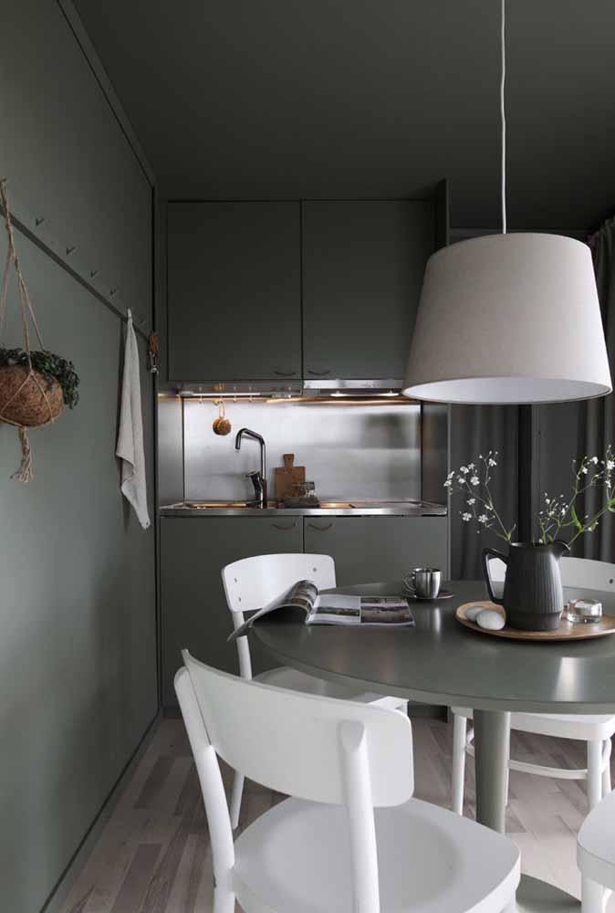 Um tom de cinza mais escuro pode ser usado nas paredes, armários da cozinha, mesa e até no teto