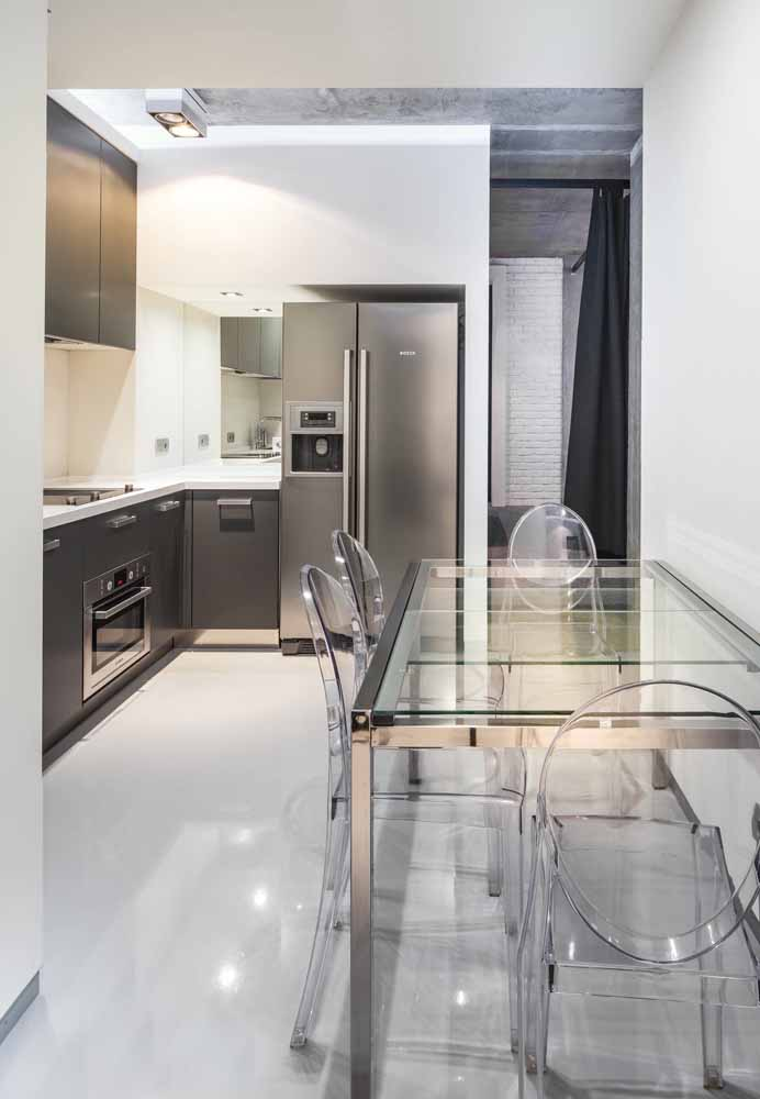 Mas se quiser pode fazer algo mais minimalista com eletrodomésticos em inox, paredes e pisos brancos e para completar o cenário, mesa de vidro e cadeiras transparentes