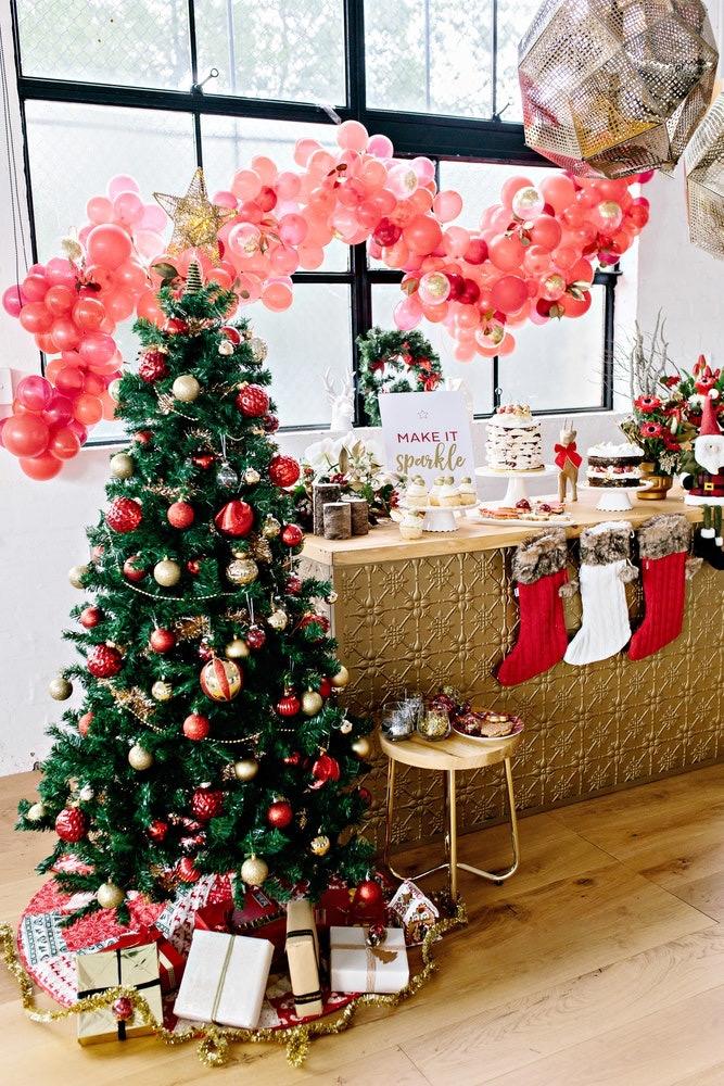 Folhas, galhos e velas para enfeitar o centro da mesa de natal