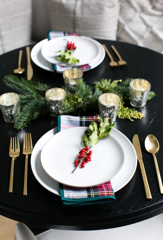 O que você acha de marcar as cadeiras com as iniciais de cada convidado? É só caprichar nos detalhes